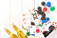 赌博 纸牌筹码、卡片和两个瓶在木桌上的啤酒 顶视图 Copyspace 啤牌 免版税库存照片