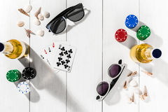 赌博 纸牌筹码、卡片和两个瓶在木桌上的啤酒 顶视图 Copyspace 啤牌 库存照片