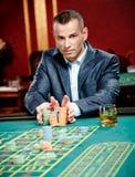 赌客赌演奏轮盘赌的堆筹码 免版税库存图片