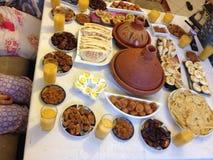 赖买丹月晚上家庭膳食 图库摄影