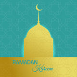 赖买丹月kareeem与金黄清真寺的假日背景 库存照片