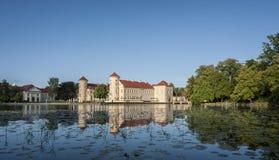 赖因斯贝尔格宫殿和它的反射看法在湖 库存图片