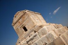 赛勒斯坟茔在反对蓝天的Pasargad 免版税图库摄影