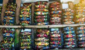 赛拉serrata 新鲜的螃蟹在栓与五颜六色的塑料绳索并且被安排整洁的行在海鲜市场上在泰国 免版税库存图片