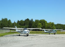 赛斯纳172在巴港机场飞行在缅因 库存照片