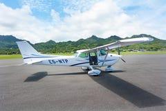 赛斯纳172 Skyhawk在拉罗通加机场库克群岛 库存图片