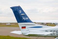 赛斯纳182 Skylane停放在机场 免版税库存照片