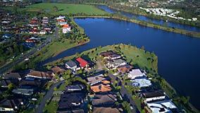 赛船会在湖和Parkland英属黄金海岸草玩耍区域议院庄园浇灌在湖的Coomera河旁边, 库存图片
