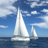 赛船会的风船 豪华游艇行在小游艇船坞船坞的 免版税图库摄影