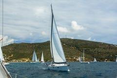 赛船会航行在波浪的游艇小船在爱琴海 体育运动 免版税图库摄影
