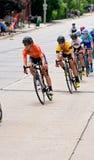 赛跑下坡在Stillwater的骑自行车者 免版税库存图片