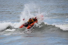 赛跑与波浪的充气救生艇在北海 免版税库存图片