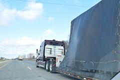 赛跑半卡车被拖拉的车 免版税库存照片