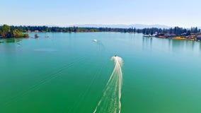 赛跑在一个蓝色湖的Jetski车手 影视素材