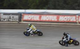 赛跑在一条卵形轨道附近的平的轨道摩托车 库存图片