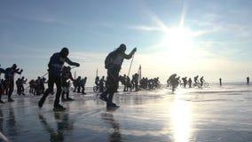 赛跑在冰的滑雪的小组滑雪者和骑自行车者 影视素材