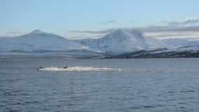 赛跑在有多雪的山的蓝色海湾的两只个人船只在后面 股票视频