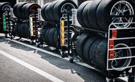 赛跑在有空气被压缩的坦克的-使用的轮胎一辆台车转动 库存照片