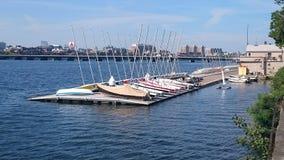 赛跑在查理斯河的航行充气救生艇在波士顿 免版税库存照片
