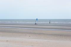 赛跑在海滩的沙子游艇 库存图片