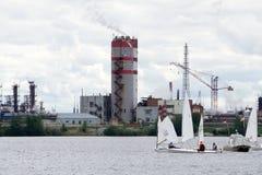 赛跑在湖的三条风船在背景中 免版税库存图片