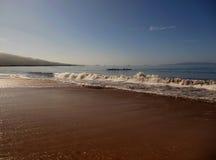 赛跑在糖海滩毛伊的皮船 免版税库存图片