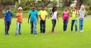 赛跑在草的逗人喜爱的学生行  影视素材