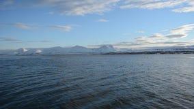 赛跑在蓝色海湾的两只个人船只有多雪的山背景 影视素材