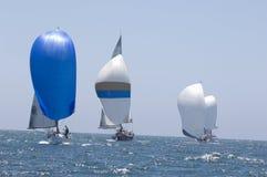 赛跑在蓝色海洋的风船与天空 免版税库存照片