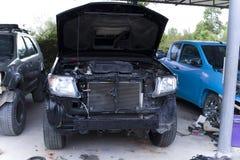 赛跑在车库的卡车 修理服务 免版税库存照片
