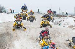 赛跑在雪上电车的体育 免版税库存照片