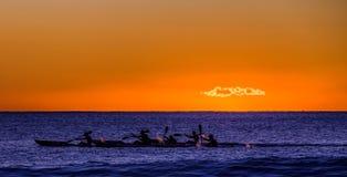 赛跑在黎明的皮船 免版税图库摄影