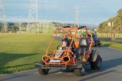 赛跑在gocarts的孩子 库存图片