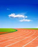 赛跑天空跟踪的beautiflul下 免版税库存图片