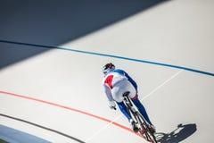 赛跑室外的室内自行车赛场的骑自行车者 免版税图库摄影