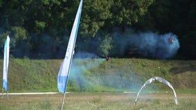 赛跑寄生虫在领域飞行附近飞行在障碍和忘记一条发烟性轨道附近 股票视频