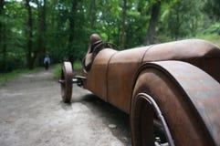 赛跑对终点线的生锈的汽车艺术 免版税图库摄影