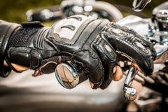 赛跑手套的摩托车 库存图片