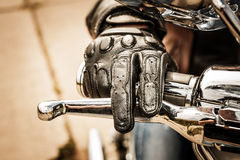 赛跑手套的摩托车 库存照片