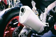 赛跑摩托车尾气或入口特写镜头  低角度pho 免版税库存图片