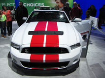 赛跑条纹Ford Mustang 图库摄影