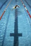 赛跑游泳者的完成 免版税库存图片