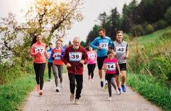 赛跑种族比赛本质上的大小组多一代人民 免版税库存照片