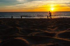 赛跑者剪影在海滩的 库存图片