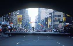 赛跑者剪影在NY城市马拉松的 免版税库存图片