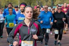 赛跑者在春天半马拉松竞争 免版税库存图片