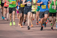 赛跑者在春天半马拉松竞争 库存照片