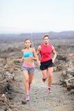 赛跑者在越野结合在足迹的赛跑 免版税库存照片