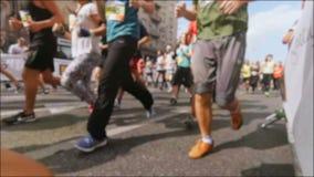 赛跑者大人群快速的录影运行通过照相机的  股票视频