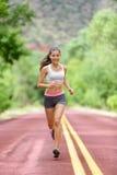 赛跑者妇女连续训练居住的健康生活 免版税库存图片